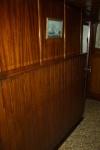 Wand van de woning, grenzend aan het stuurkot en de machinekamer.