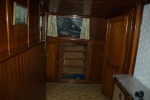 Bakboordzijde van de schipperswoning. De lades van de ingebouwde kast ontbreken. Rechts de deuren naar één van de twee alkoven.