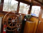 Stuurhut met stuurwiel en Sailor marifoon