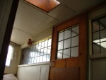 Schuifdeur en wand die de scheiding vormden tussen de woning en het slaapgedeelte