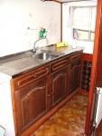 Zicht op de keuken vanuit de living. De keuken was beperkt in faciliteiten.