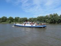 Vakantieschip Ibis varend op de Schelde op 12 augustus 2012