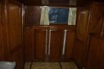 Ingebouwde kasten onder het gangboord, stuurboordzijde. Links de deuren naar de alkoof