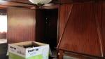 Links de deur naar één va de slaapkamers. Rechts een stuk van de sierschoorsteen