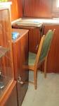 Wand tegen de keuken, met een kleine uitbreiding op de kast, die als bureau diende